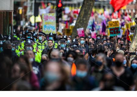 """A RENCONTRÉ la police marche avec des manifestants lors d'une manifestation """"Kill the Bill"""" devant le Home Office dans le centre de Londres le samedi 1er mai 2021. (Photo/ Vudi Xhymshiti) Banque D'Images"""