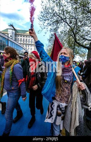 Kill the Bill May Day manifestation et manifestation Londres, Royaume-Uni, 1er mai 2021. Des milliers de personnes ont défilé de Trafalgar Sq pour protester contre le projet de loi de la police, de la criminalité, de la détermination de la peine et des tribunaux qui a fait disparaître la liberté d'expression et de réunion.