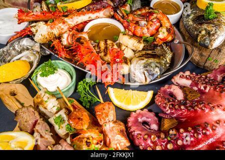 Assortiment divers barbecue cuisine méditerranéenne - poisson, pieuvre, crevettes, crabe, fruits de mer, moules, repas d'été barbecue fête, avec kebab, sauces,