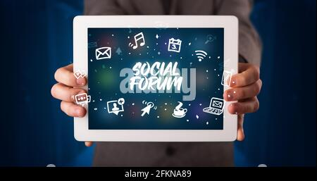 Personne tenant une tablette, concept de réseau social