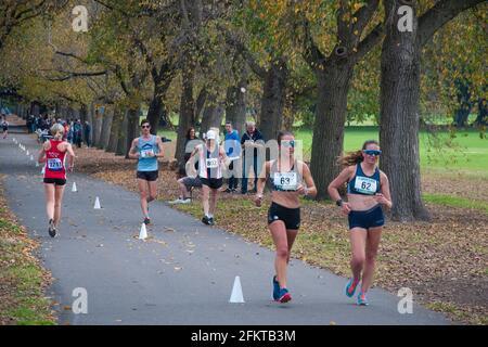 Les marcheurs de course concourent sur un parcours de 20 km autour de Fawkner Park, Melbourne, dimanche 2 mai 2021