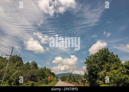 Ciel bleu et nuages à Kampung Amo, Serian, Sarawak, Malaisie orientale