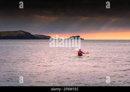 Un kayakiste pagayant sur la mer à Fistral Bay, à Newquay, en Cornouailles.