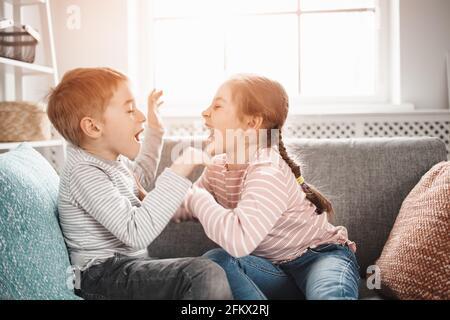 Deux petits enfants qui se battent à la maison.
