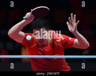 Xinxiang, province chinoise du Henan. 5 mai 2021. Ma long retourne le ballon pendant le match des célibataires hommes contre Zhou Yu lors des essais de Grand smashes et de la simulation olympique de WTT (World Table tennis) 2021 à Xinxiang, dans la province du Henan, dans le centre de la Chine, le 5 mai 2021. Credit: Li Jianan/Xinhua/Alamy Live News