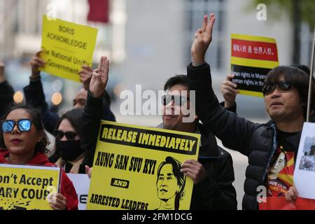 Londres, Angleterre, Royaume-Uni. 5 mai 2021. Des membres de la diaspora birmane à Londres ont organisé une manifestation à l'extérieur de Lancaster House, dans le centre de Londres, où les ministres des Affaires étrangères du G7 se sont réunis. Les manifestants ont appelé les États membres du G7 à prendre des mesures contre le régime militaire du Myanmar qui a pris le contrôle du pays en février après un coup d'État. Credit: Tayfun Salci/ZUMA Wire/Alay Live News