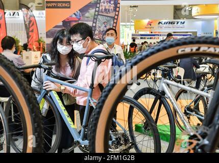 Shanghai. 5 mai 2021. Les visiteurs voient les bicyclettes lors de la 30e foire internationale des bicyclettes en Chine orientale à Shanghai, le 5 mai 2021. L'événement de quatre jours a débuté mercredi, attirant plus de 1,000 entreprises à y participer. Credit: Li He/Xinhua/Alay Live News