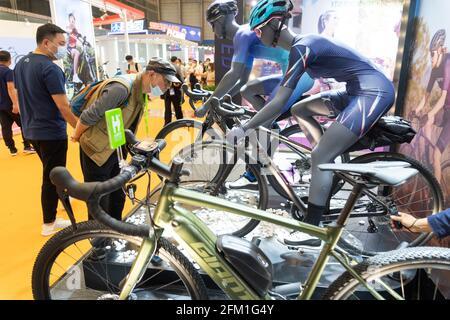 Shanghai. 5 mai 2021. Les visiteurs voient les bicyclettes lors de la 30e foire internationale des bicyclettes en Chine orientale à Shanghai, le 5 mai 2021. L'événement de quatre jours a débuté mercredi, attirant plus de 1,000 entreprises à y participer. Credit: CAI Yang/Xinhua/Alay Live News