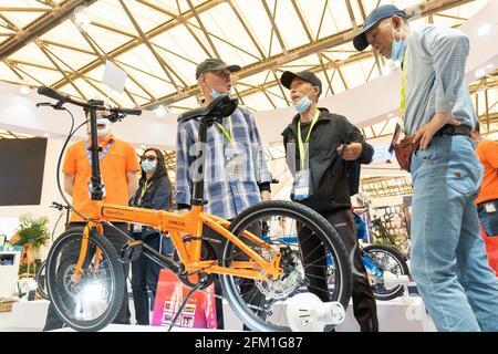 Shanghai. 5 mai 2021. Les visiteurs parlent d'un vélo pliant lors de la 30e China International Bicycle Fair dans l'est de la Chine Shanghai, le 5 mai 2021. L'événement de quatre jours a débuté mercredi, attirant plus de 1,000 entreprises à y participer. Credit: CAI Yang/Xinhua/Alay Live News