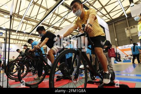 Shanghai. 5 mai 2021. Les visiteurs se rendent en vélo lors de la 30e foire internationale du vélo en Chine orientale à Shanghai, le 5 mai 2021. L'événement de quatre jours a débuté mercredi, attirant plus de 1,000 entreprises à y participer. Credit: Fang Zhe/Xinhua/Alay Live News
