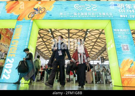 Shanghai, Shanghai en Chine. 5 mai 2021. Les visiteurs se promèchent dans le lieu où se tient la 30e China International Bicycle Fair, dans l'est de la Chine Shanghai, le 5 mai 2021. L'événement de quatre jours a débuté mercredi, attirant plus de 1,000 entreprises à y participer. Credit: CAI Yang/Xinhua/Alay Live News