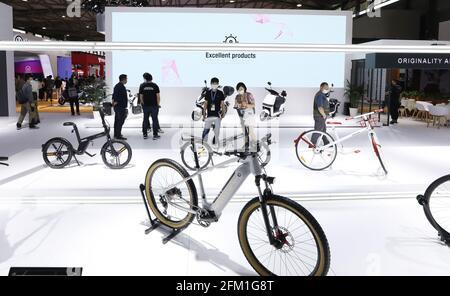 Shanghai. 5 mai 2021. Les visiteurs voient les bicyclettes lors de la 30e foire internationale des bicyclettes en Chine orientale à Shanghai, le 5 mai 2021. L'événement de quatre jours a débuté mercredi, attirant plus de 1,000 entreprises à y participer. Credit: Fang Zhe/Xinhua/Alay Live News