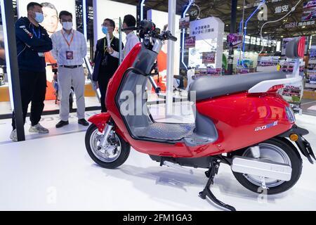 Shanghai. 5 mai 2021. Le personnel présente un vélo électrique lors de la 30e China International Bicycle Fair à Shanghai, en Chine orientale, le 5 mai 2021. L'événement de quatre jours a débuté mercredi, attirant plus de 1,000 entreprises à y participer. Credit: CAI Yang/Xinhua/Alay Live News