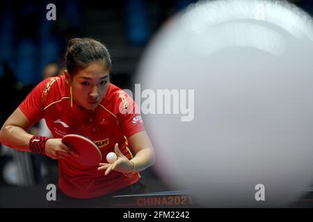 Xinxiang, province chinoise du Henan. 5 mai 2021. Liu Shiwen sert pendant le quart de finale des femmes contre Zhu Yuling lors des essais de Grand smashes de WTT (World Table tennis) 2021 et de la simulation olympique à Xinxiang, dans la province de Henan, dans le centre de la Chine, le 5 mai 2021. Credit: Li Jianan/Xinhua/Alamy Live News