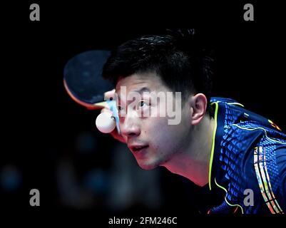 Xinxiang, province chinoise du Henan. 5 mai 2021. Ma long sert pendant le quart de finale des hommes contre Fang Bo lors des essais de Grand smashes de WTT (World Table tennis) 2021 et de la simulation olympique à Xinxiang, dans la province du Henan, dans le centre de la Chine, le 5 mai 2021. Credit: Li Jianan/Xinhua/Alamy Live News