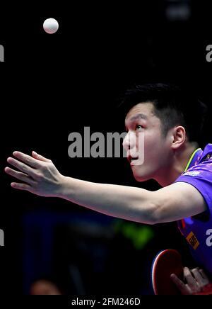 Xinxiang, province chinoise du Henan. 5 mai 2021. Fan Zhendong sert le ballon lors de la quart-finale des hommes contre Lin Shidong lors des essais de Grand smashes de WTT (World Table tennis) 2021 et de la simulation olympique à Xinxiang, dans la province de Henan, dans le centre de la Chine, le 5 mai 2021. Credit: Li an/Xinhua/Alay Live News