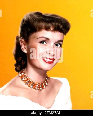 DEBBIE REYNOLDS (1932-2016) actrice et chanteuse américaine vers 1955