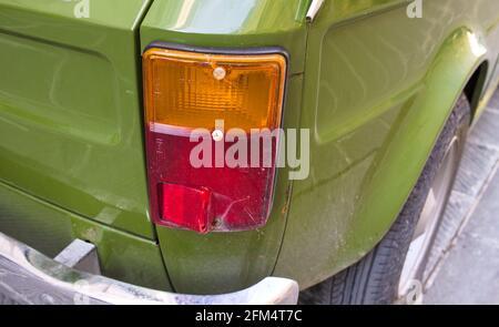 Feu rouge et orange d'une vieille voiture verte italienne (Pesaro, Italie, Europe)