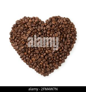 Gros plan sur les grains de café torréfiés bruns en forme de cœur isolé sur fond blanc