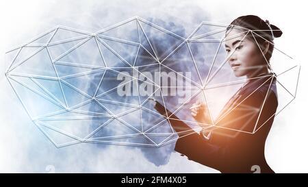 Double exposition d'une femme d'affaires tenant une tablette Connect World