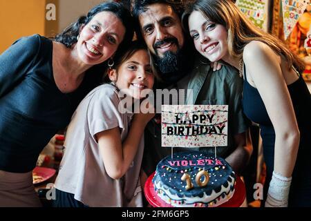 Portrait d'une famille latino célébrant le 10e anniversaire de la petite fille Banque D'Images