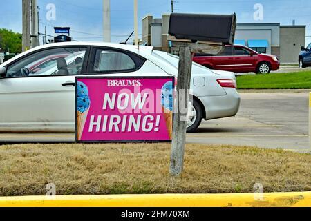Emporia, Kansas, États-Unis. 6 mai 2021. La boutique de produits laitiers et de sandwichs de Braum embauche maintenant des affiches sur le site d'Emporia, au Kansas, alors que les entreprises cherchent à embaucher des employés et à augmenter la production normale après la pandémie de COVID-19, le 6 mai 2021. Crédit : Mark Reinstein/Media Punch/Alamy Live News