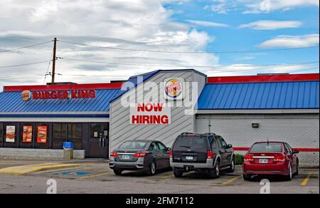 Emporia, Kansas, États-Unis. 6 mai 2021. Burger King embauche maintenant des affiches sur le site d'Emporia, Kansas, alors que les entreprises cherchent à embaucher des employés et à augmenter la production normale après la pandémie COVID-19 le 6 mai 2021. Crédit : Mark Reinstein/Media Punch/Alamy Live News