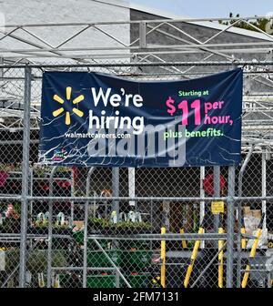 Emporia, Kansas, États-Unis. 6 mai 2021. Walmart embauche maintenant des enseignes sur le site d'Emporia, Kansas, alors que les entreprises cherchent à embaucher des employés et à augmenter la production normale après la pandémie COVID-19 du 6 mai 2021. Crédit : Mark Reinstein/Media Punch/Alamy Live News
