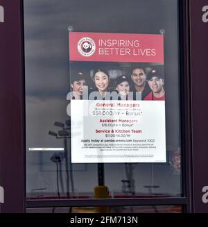 Emporia, Kansas, États-Unis. 6 mai 2021. Panda Express chinois à emporter magasin de restaurant maintenant des affiches à l'emplacement à Emporia, Kansas alors que les entreprises cherchent à embaucher des employés et d'augmenter la production normale après la pandémie de COVID-19 le 6 mai 2021. Crédit : Mark Reinstein/Media Punch/Alamy Live News