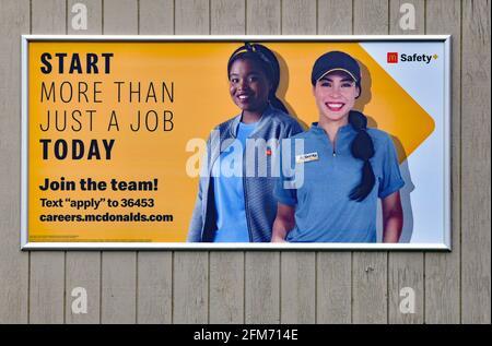 Emporia, Kansas, États-Unis. 6 mai 2021. Les affiches McDonald's locales d'Emporia, Kansas, qui recrutent désormais des employés, sont affichées dans les magasins McDonald's d'Emporia, Kansas, et augmentent la production normale après la pandémie COVID-19 du 6 mai 2021. Crédit : Mark Reinstein/Media Punch/Alamy Live News