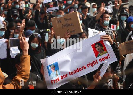 Un manifestant contre le coup d'État militaire tient une bannière lisant « Free Our leader Now! » tout en marchant lors d'une manifestation pacifique contre le coup d'etat militaire. Une foule massive s'est emmenée dans les rues de Lashio pour protester contre le coup d'État militaire et a demandé la libération d'Aung San Suu Kyi. L'armée du Myanmar a arrêté le conseiller d'État du Myanmar Aung San Suu Kyi le 01 février 2021 et a déclaré l'état d'urgence tout en prenant le pouvoir dans le pays pendant un an après avoir perdu les élections contre la Ligue nationale pour la démocratie (NLD).