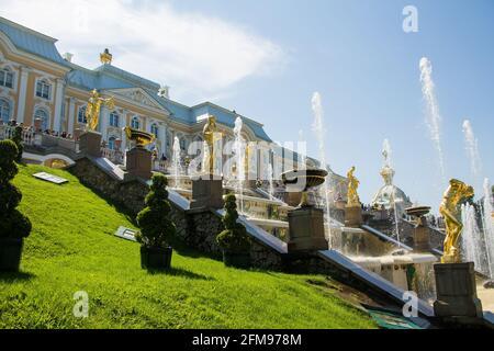 Peterhof, Russie : 16 juillet 2016 - célébration de l'ouverture des fontaines. Grande cascade et statues dorées. Attraction touristique de Saint-Pétersbourg.