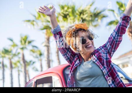 Excitée jolie jeune femme tendance en plein air profiter du style de vie de l'été - voyage femmes concept de vie unique avec dame joyeuse appréciant et avoir le plaisir - le bonheur et les émotions joyeuses concept