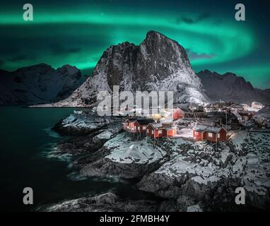 Lumières du nord sur Hamnoy dans Lofoten.