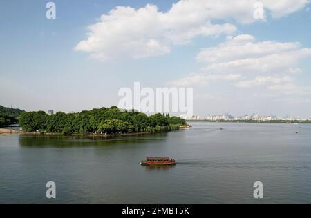 Hangzhou. 7 mai 2021. La photo aérienne prise le 7 mai 2021 montre une vue sur la région pittoresque du lac Ouest à Hangzhou, capitale de la province de Zhejiang en Chine orientale. Crédit: Long Wei/Xinhua/Alay Live News