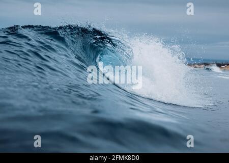 Vagues de surf dans l'océan Pacifique. Vagues idéales pour le surf
