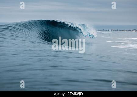 Vague océanique vivivivivile. Parfait pour surfer à Hawaï