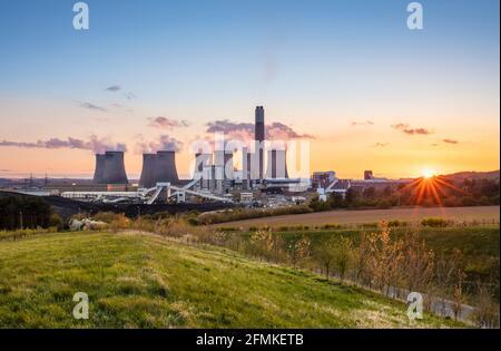Centrale au charbon Ratcliffe-on-Soar avec vapeur des tours de refroidissement Au coucher du soleil Ratcliffe sur Soar Notinghamshire Angleterre GB Europe