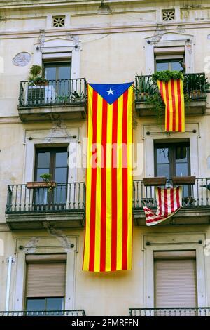 Drapeaux catalans placés sur les balcons, quelque chose fait le jour de la Journée nationale de la Catalogne