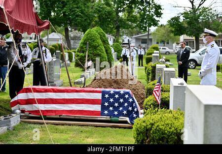 (NOTE DE LA RÉDACTION ; l'image dépeint la mort) les membres de la Légion américaine et les membres du Service de la Marine se tiennent à distance au cours d'un funérailles des anciens combattants de la Seconde Guerre mondiale. (Photo par Aimee Dilger / SOPA Images / Sipa USA)