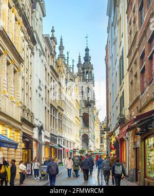 BRUXELLES, BELGIQUE - 06 OCTOBRE 2019 : foule de personnes marchant dans la rue commerçante de la vieille ville de Bruxelles, Grand-place en arrière-plan