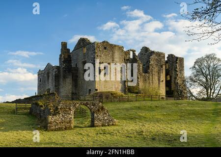 Barden Tower (lumière du soleil sur la magnifique ruine historique ancienne, arche de pierre et ciel bleu) - pittoresque village rural de Bolton Abbey Estate, Yorkshire Dales, Angleterre.