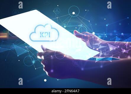 Concept de tablette futuriste de Holdig main