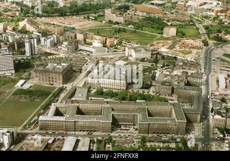 Berlin-City / District gouvernemental / 5 / 1991 la société de fiducie de Wilhelmstrasse, construite sous le nom de Reichs-Luftfahrtministerium, aujourd'hui Bundes-Finanzministerium, au milieu de la Bundesrat pas encore reconstruit à Leipziger Strasse. Au milieu, la Chambre des représentants de Berlin, ancien Parlement prussien, à gauche de celui-ci, le bâtiment Gropius et le domaine de Gestapo, juste au-dessus de la Potsdamer Platz encore complètement indéveloppé // vues aériennes / districts / Mitte / Kreuzberg / vues historiques [traduction automatique]