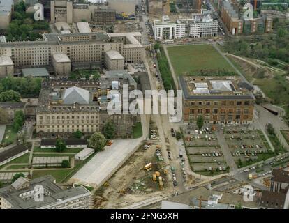 Berlin-ville / Centre / 5/1991 Musée Gropius-Bau sur la droite, au-dessus de la région de Gestapo. Au-dessous de Stresemannstrasse. À gauche, le <Parlement prussien>, aujourd'hui la Chambre des représentants de Berlin. Au-dessus de l'ancien Reichs-Luftfahrt-Ministerium, en 1991 le Treuhand était là, aujourd'hui il est le Ministère fédéral des Finances // photographies aériennes / Administration / Musée / Parlement *** Légende locale *** [traduction automatique]
