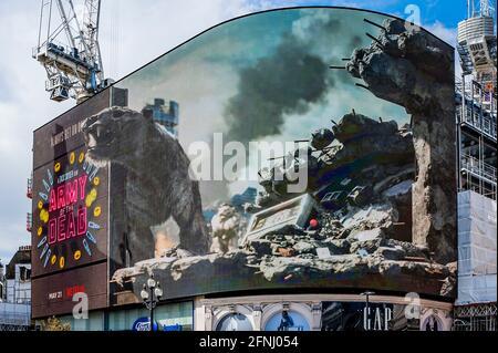 """Londres, Royaume-Uni. 17 mai 2021. Le jour où les cinémas sont autorisés à rouvrir, un panneau d'affichage 3-D en direct, Piccadilly Lights, lance l'ARMÉE DU FILM à succès À venir de Zack Snyder (Justice League). En utilisant l'intégralité de l'écran numérique incurvé de Piccadilly Circus, l'activation introduit les Londoniens à """"Valentine"""", le tigre zombie qui apparaît dans le film. Le tigre du VFX, créé par le superviseur des effets visuels Marcus Taormina (Bird Box, Guardians of the Galaxy) en itinérance autour de Las Vegas post-apocalyptique. Crédit : Guy Bell/Alay Live News"""