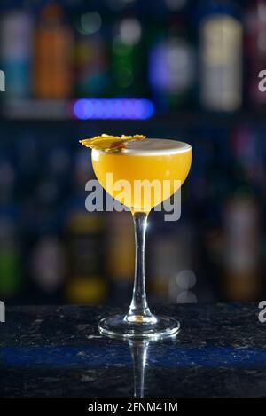 cocktail jaune rafraîchissant sur un bureau de bar