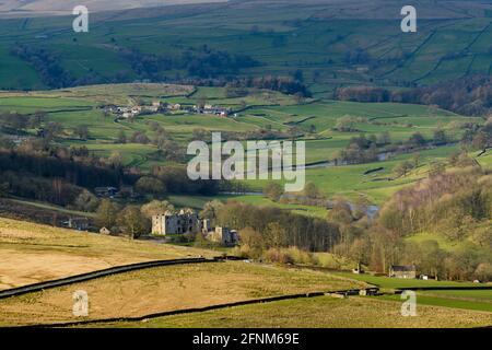 Vue panoramique sur la campagne de Wharfedale (large vallée verdoyante, collines ondoyantes, hautes collines et ruines de la tour de jardin illuminée) - Yorkshire Dales, Angleterre, Royaume-Uni.