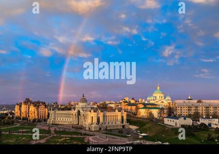 La citadelle de Kazan avec son ciel nocturne et son arc-en-ciel au-dessus du ministère de l'Agriculture (Palais des fermiers), vue du Kremlin de Kazan. Kazan est le c
