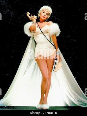 RHONDA FLEMING (1923-2020) actrice et chanteuse américaine vers 1945 dans un studio de publicité photo